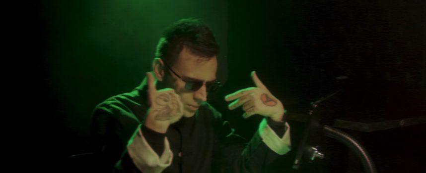 """""""Errore 404"""", il nuovo videoclip di Akes tra amori virtuali e cyber alienazione"""